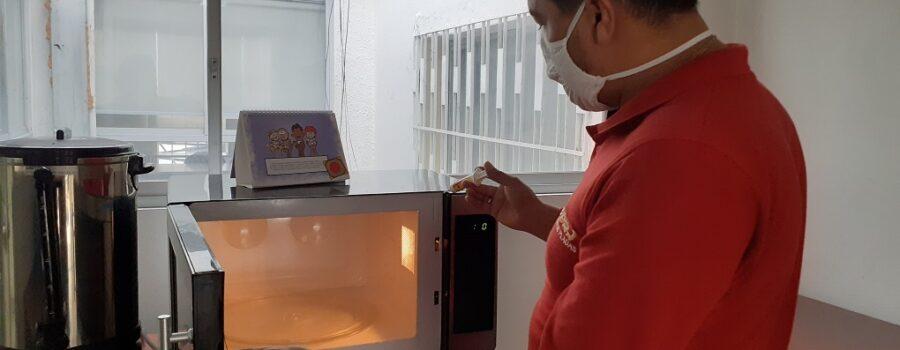Técnico aplicando gel insecticida para el control de cucarachas