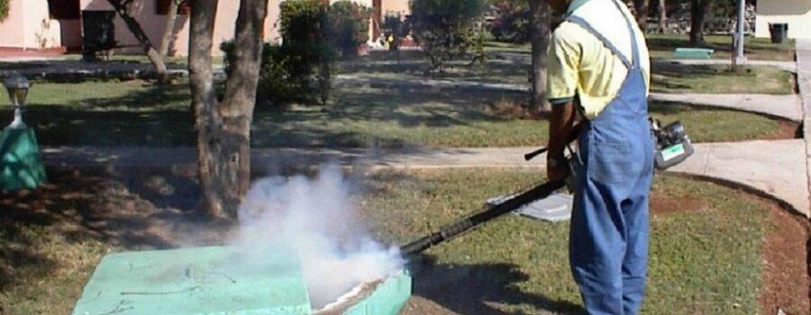 Técnico termo nebulizando alcantarillas